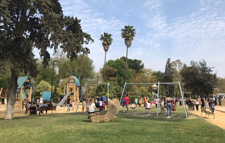 Multas para una veintena de jóvenes por saltar de noche al parque de Consolación y usar los juegos infantiles
