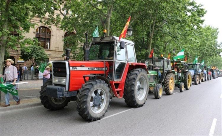 Una «tractorada» para pedir una solución a los regantes, ante un pantano Torre del Águila seco