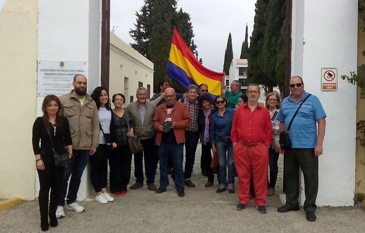 Tradicional homenaje republicano y ofrenda floral en el cementerio de Utrera