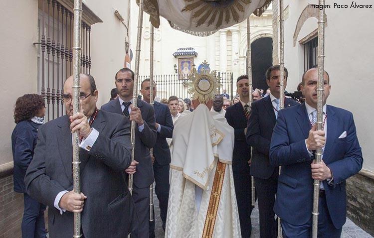 Doble convocatoria en la mañana del Domingo de Resurrección con el Santísimo bajo palio