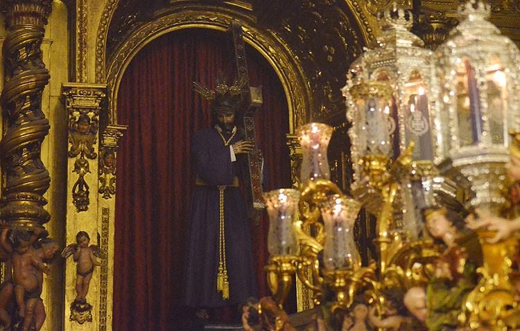Traslado de Jesús Nazareno a su paso procesional
