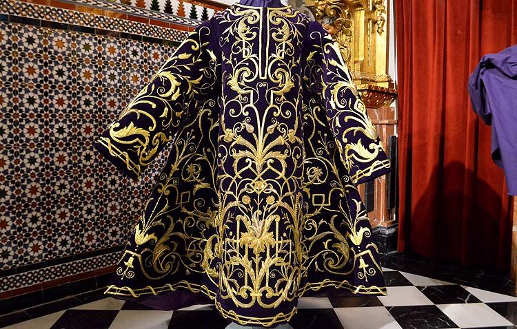 La túnica del Señor Orando en el Huerto, una joya del bordado que recupera la vida tras su restauración