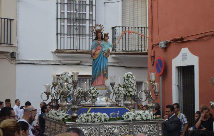 Procesión de María Auxiliadora en las Salesianas