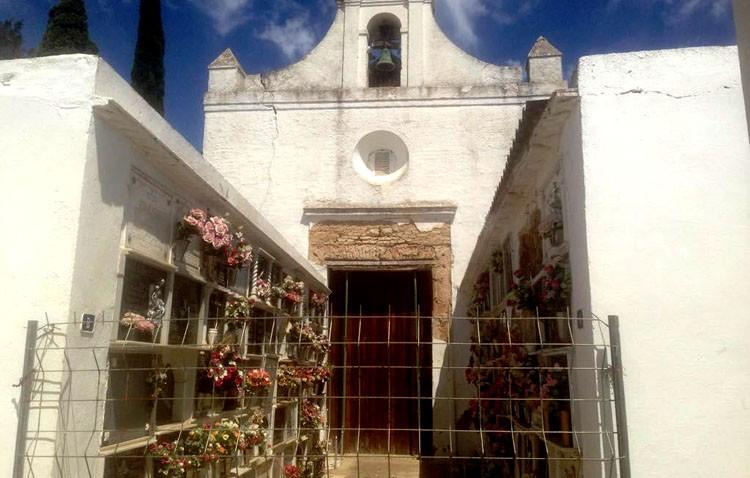 La capilla del cementerio, en peligro de derrumbe, obliga a exhumar a cientos de fallecidos
