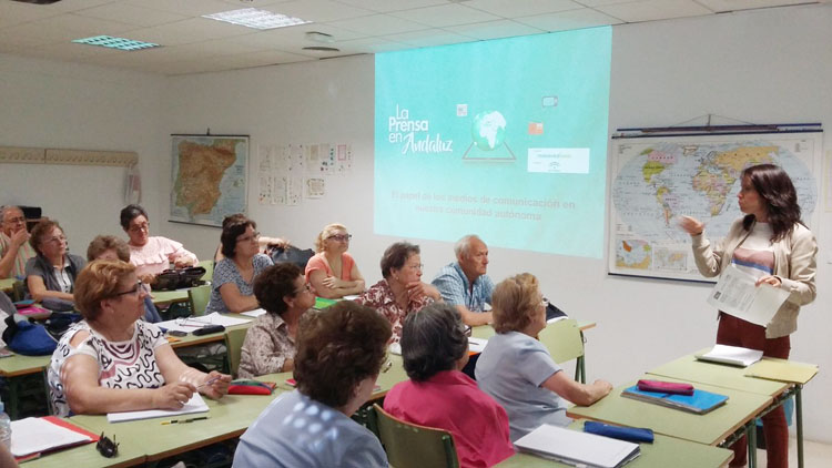 Utrera acoge un taller para personas mayores sobre el periodismo en Andalucía