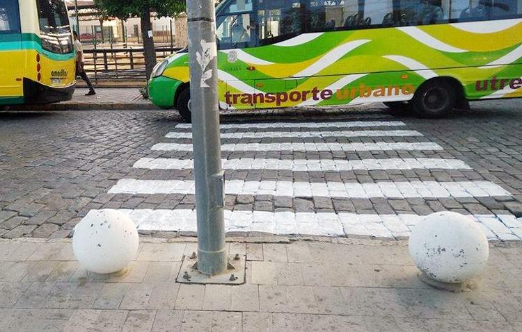 Apdis denuncia la ilegalidad de los nuevos pasos de peatones de Utrera