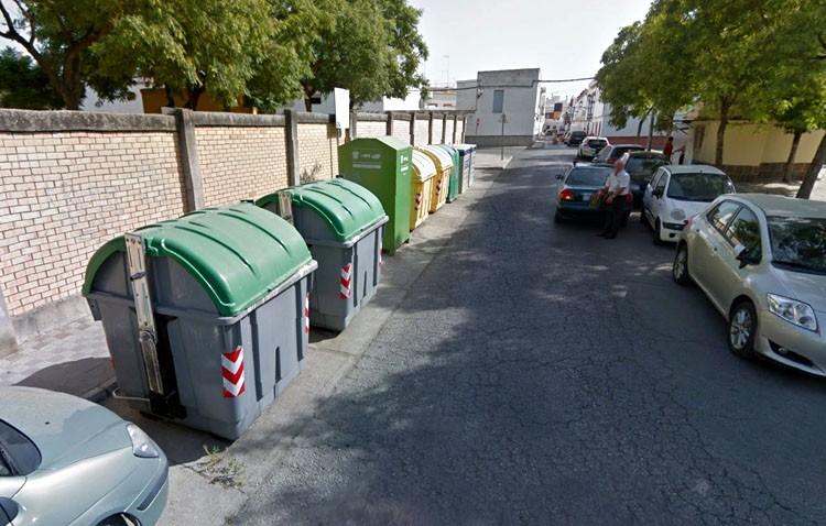 La Policía Local sorprende a un vecino de Utrera volcando contenedores de basura