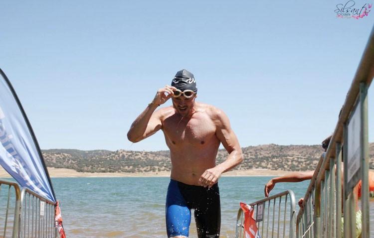 El nadador utrerano Ildefonso Barrera, vencedor de la travesía Sierra Norte de Sevilla