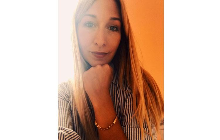 Una utrerana recupera gracias a Facebook una pulsera que perdió hace casi 20 años