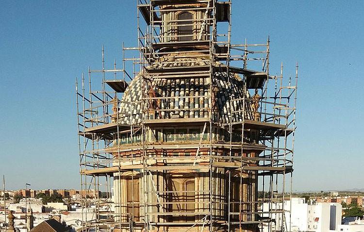 La parroquia de Santiago cierra al culto por las obras de su cúpula