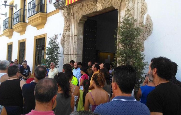 Minuto de silencio en Utrera para condenar el atentado de Barcelona