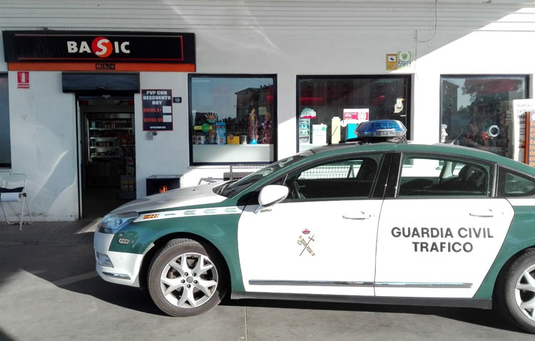 Atraca la gasolinera Los Quintero a punta de pistola y roba un coche para intentar darse a la fuga