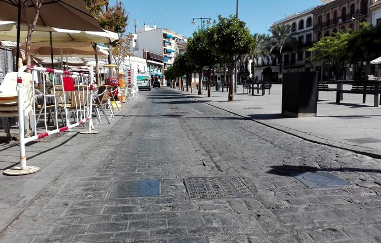 El gobierno dice ahora que los bolardos de la plaza del Altozano entrarán en servicio «antes del pleno de octubre»