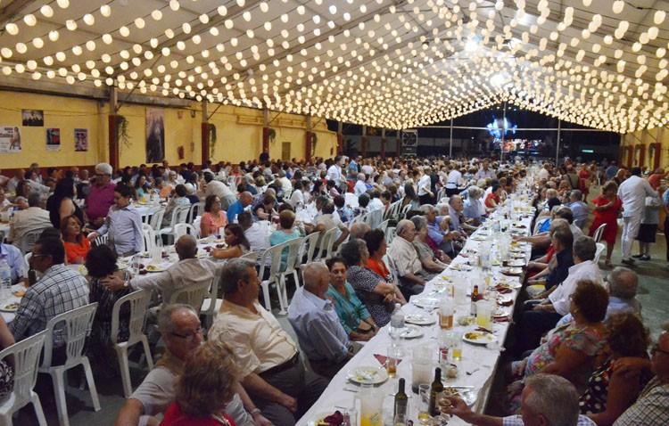 Cena del pescaíto y primeras actuaciones musicales en la caseta municipal