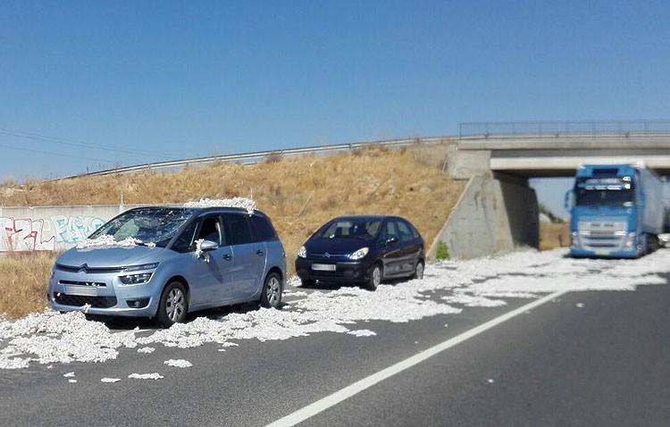 Accidente de tráfico en Utrera por la caída de parte de la carga de algodón de un camión