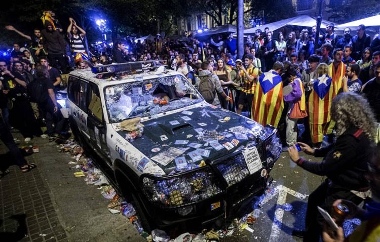 Utrera muestra, con la abstención de IU, su apoyo a los cuerpos de seguridad que «trabajan por la legalidad» en Cataluña