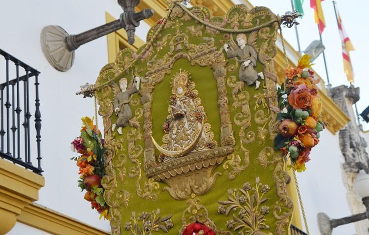La hermandad del Rocío de Utrera realiza un donativo a Cáritas de San José