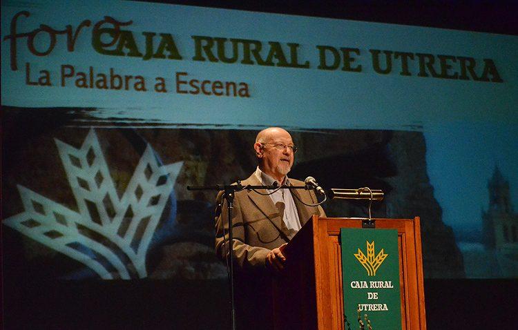 La historia del escritor Juan Eslava Galán, al descubierto en el ciclo de conferencias de Caja Rural de Utrera (VÍDEO)