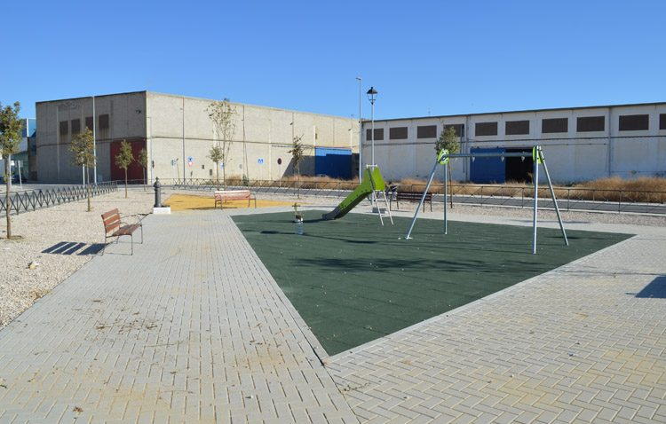 Un parque infantil en mitad de la nada