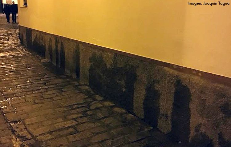 Multas de hasta 750 euros para dos jóvenes por orinar en la calle