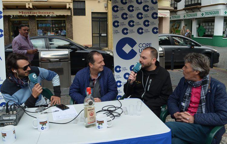 La magia de la radio, en plena plaza de la Constitución, gracias a la campaña solidaria de COPE Utrera (FOTOS Y AUDIO)