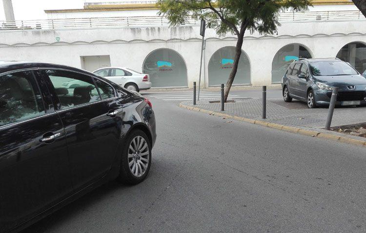 Tráfico en calle Virgen del Rocío