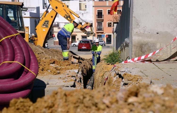 Aguas del Huesna ejecuta obras para la mejora del abastecimiento de varias barriadas de Utrera