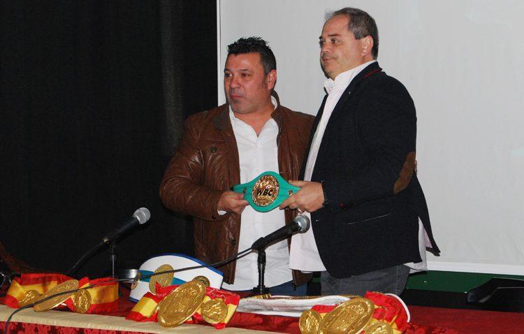 El exboxeador Javier Campanario recibe una réplica del cinturón mundial WBC