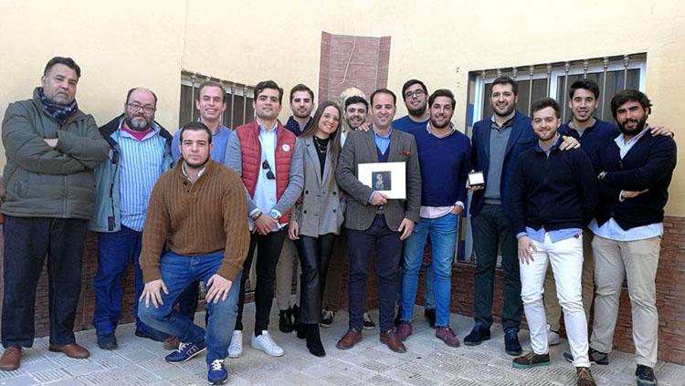La tertulia «La parihuela» entrega la libreta al presentador del pregonero de Semana Santa