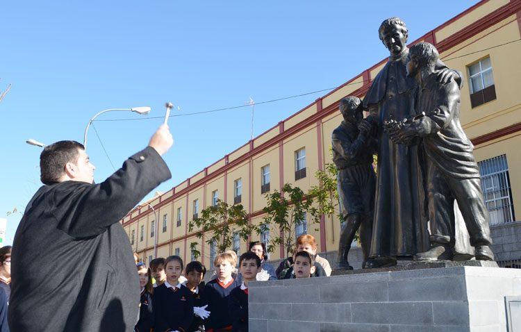 La bendición del monumento de Don Bosco sirve de inauguración a una inacabada plaza Pío XII (IMÁGENES)