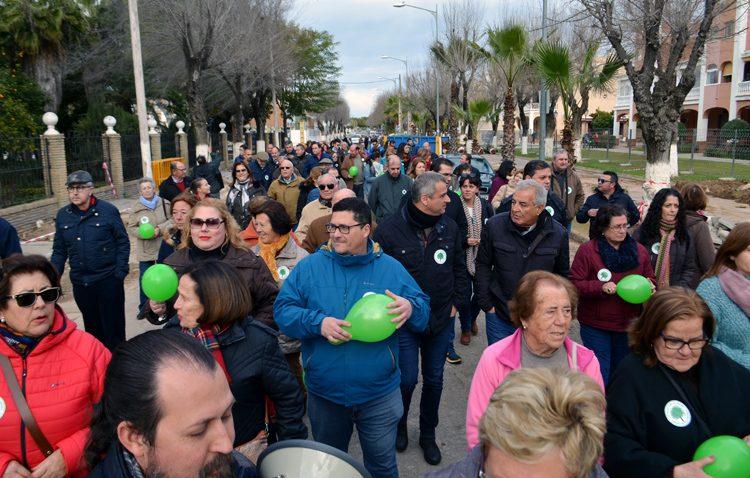 Asociaciones, partidos políticos, sindicatos y utreranos de a pie se echan a la calle contra el «arboricidio» del paseo de Consolación