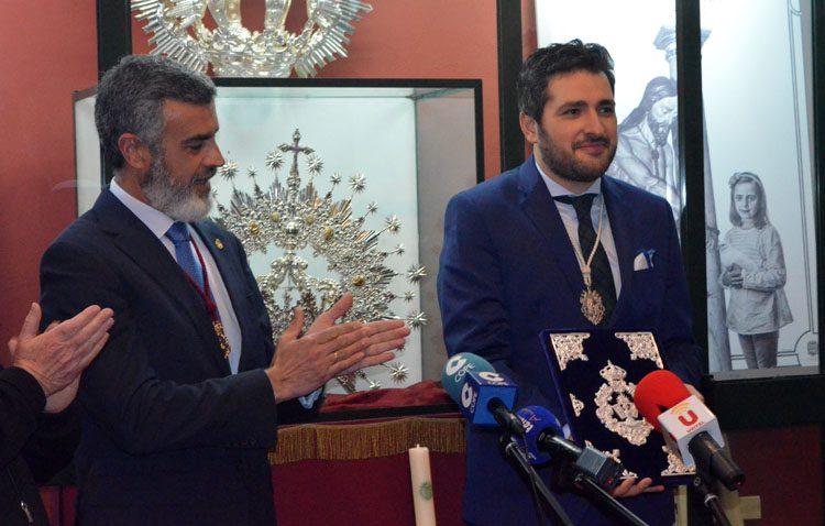 Francisco Pérez Ropero recibe las pastas para un «pregón rezado» que anunciará la llegada de la Semana Santa