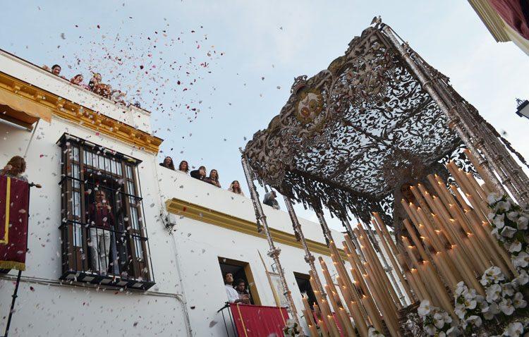 Los Aceituneros animan a colgar la capa de nazareno en los balcones ante la llegada del Miércoles Santo