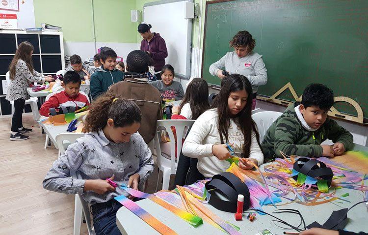 Talleres para educar en valores y aprender con actividades lúdicas en la asociación «Mujeres de Santiago»