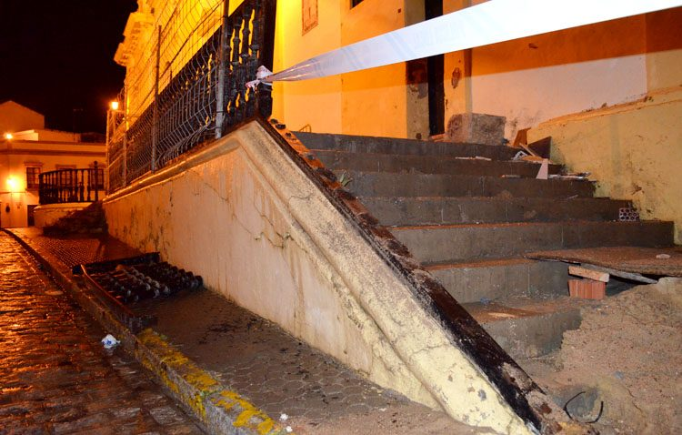 El viento derriba parte de la barandilla de la parroquia de Santiago