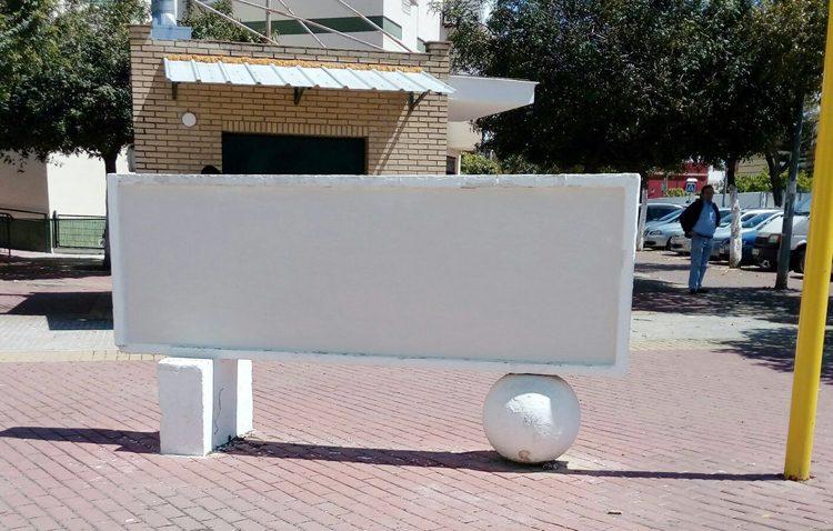 El gobierno local (PSOE-IU) empieza a cumplir la ley de memoria histórica y tapa el monolito dedicado a Muñoz Grandes