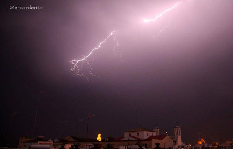 Una espectacular tormenta con lluvia, granizo, viento y aparato eléctrico pone en vilo a Utrera (IMÁGENES Y VÍDEOS)