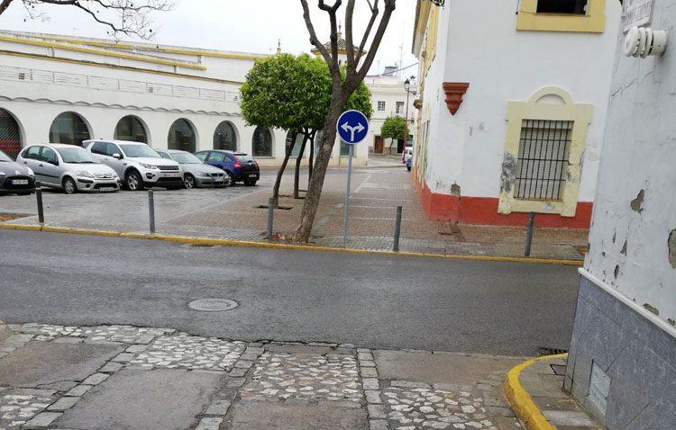 El Ayuntamiento «estudiará» el peligroso doble sentido de tráfico de la calle Virgen del Rocío