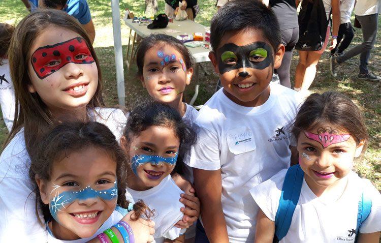 Los menores de la asociación «Mujeres de Santiago» participan en una jornada lúdica en Sevilla con más de 300 niños