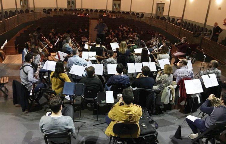 La nueva orquesta sinfónica se estrena este viernes con un concierto en el teatro junto a la escolanía de Utrera