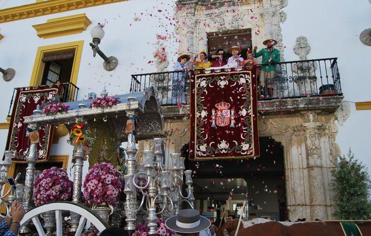 Utrera camina para postrarse ante la Virgen del Rocío (GALERÍA)