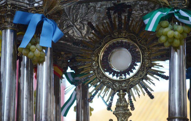 Un domingo de encuentro con el Santísimo Sacramento en el «Corpus Chico» de la parroquia de Santiago