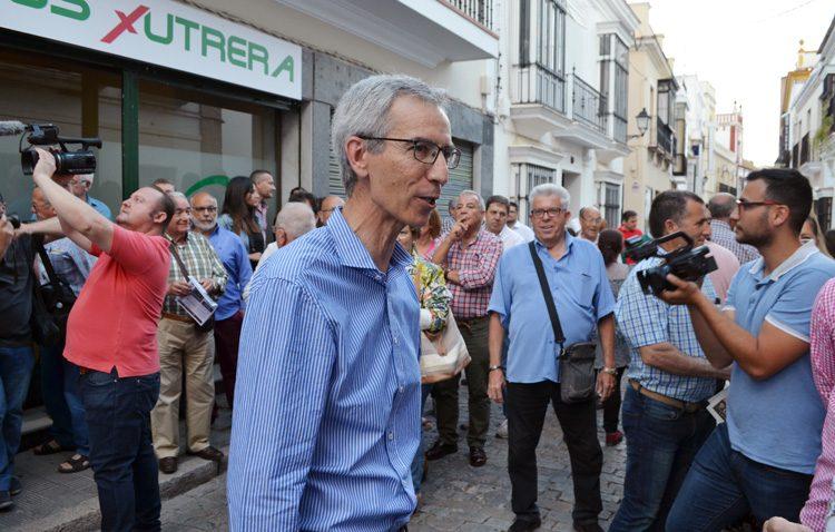 Apoyo multitudinario a la inauguración de la sede de «Juntos por Utrera», el partido encabezado por Francisco Jiménez