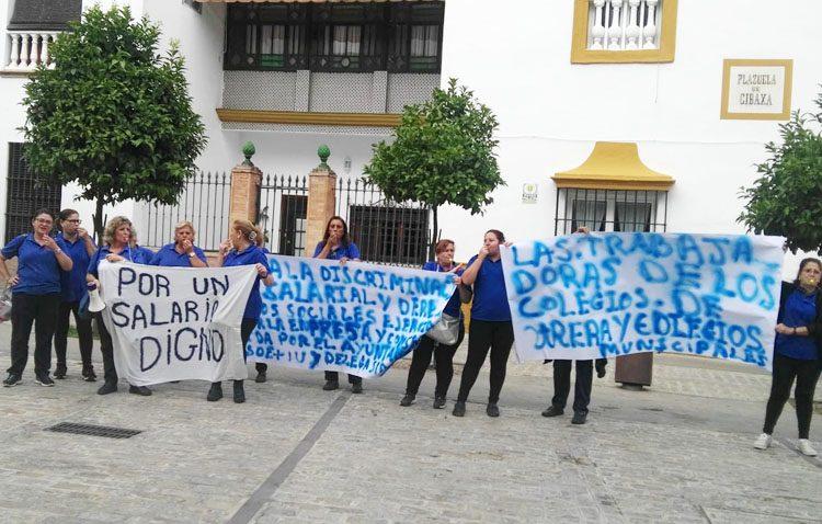 Las limpiadoras de los colegios y edificios municipales denuncian «discriminación» laboral y que Villalobos «no hace nada»