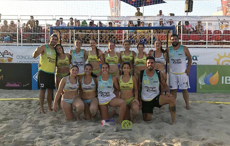 El equipo juvenil femenino del Club Balonmano Utrera, vencedora del Arena 1000 Playa de Orihuela