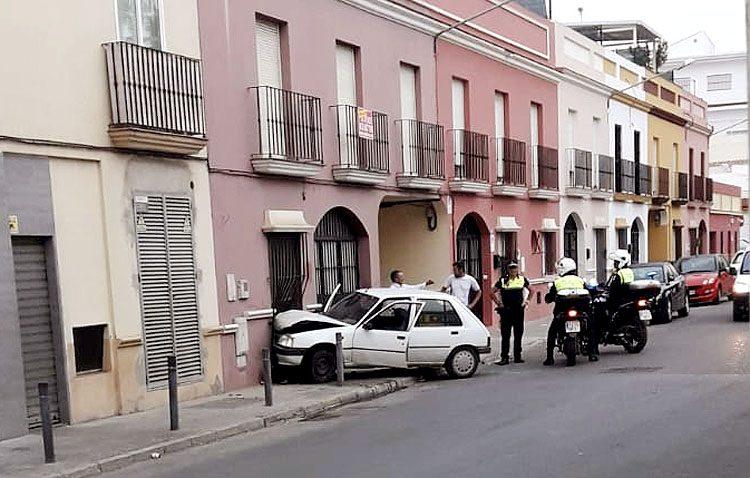 Un hombre pierde el control de su coche y lo empotra contra una vivienda