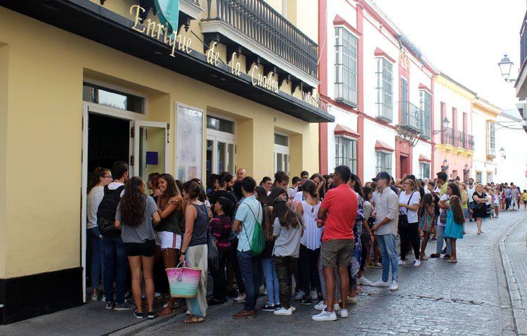 Más de 1.200 personas acuden en Utrera al casting de la serie «La Peste»