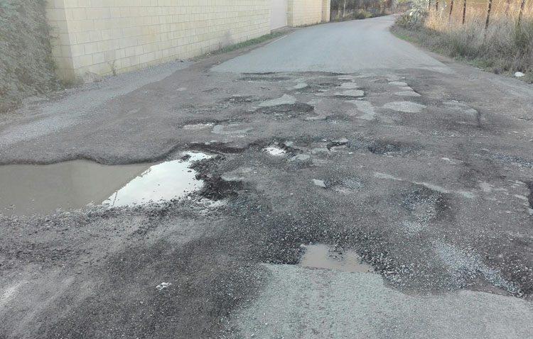 Los baches de la parte asfaltada del camino de Los Molares