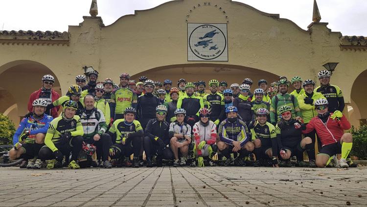 La asociación ciclista MTB «Fábrica de Nieve» visita la base aérea de Morón de la Frontera
