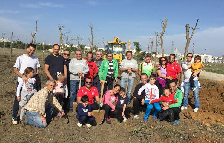 Legiones de Leptis planta más de medio centenar de árboles en el futuro corredor verde de Utrera